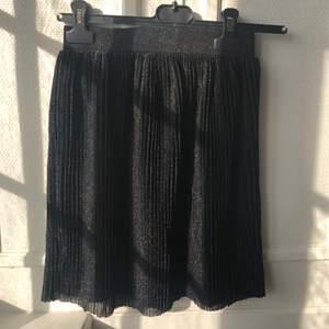 Säljer glittrig kjol från Na-kd. Jag har klippt den då jag tyckte att den var för lång men den har aldrig kommit till användning. Perfekt till fest!