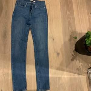Helt vanliga tighta blåa jeans från Levis. Passar till allt! Lite ljusare än vad som framkommer på bilderna, storlek 26 men jag som vanligtvis är en 24-25 tycker det sitter bra