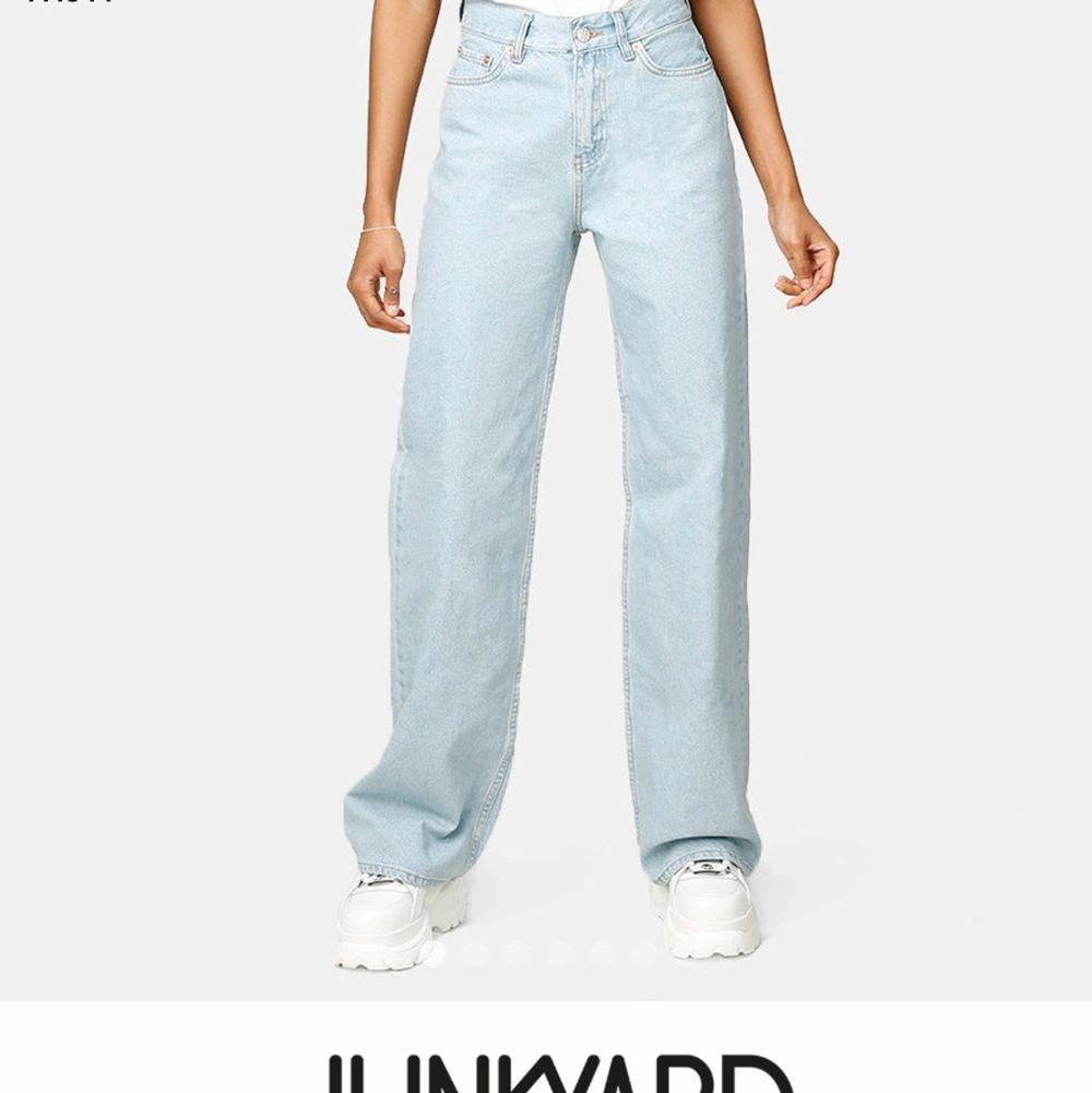 Säljer dessa fina jeans från junkyard! Har klippt upp dom lite men passar folk som är 160-175 cm långa. Dom är riktigt snygga men är behov av pengar så vill gärna sälja dom snabbt🙏. Jeans & Byxor.