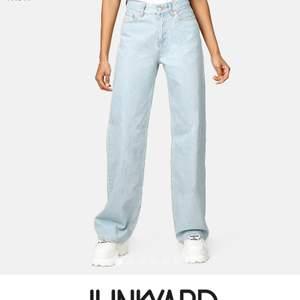Säljer dessa fina jeans från junkyard! Har klippt upp dom lite men passar folk som är 160-175 cm långa. Dom är riktigt snygga men är behov av pengar så vill gärna sälja dom snabbt🙏