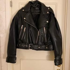 ZARA skinnjacka i storlek XS men passar även en S. Tyvärr passade jackan inte mig och därför säljer jag den vidare.