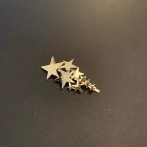 Guldigt hårspänne från NA-KD med stjärnor. Väldigt fint men aldrig använt, frakt tillkommer