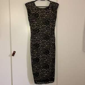 Fin aftonklänning som har aldrig använts, sitter tjat på kroppen.