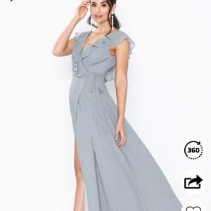 Skit snygg bal klänning. Använd endast en gång & är i väldigt bra skick. Den är ifrån nelly och är blå/grå. Frakt tillkommer