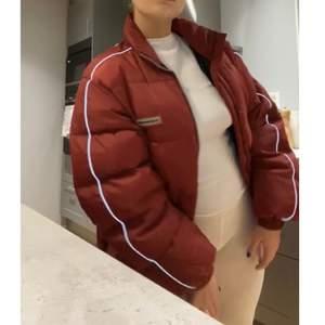 (Lånade bilder!) Röd, vintage puffer jacka från Oakwood med reflex på ärmarna, köpt här på plick. Skitball jacka men passade inte riktigt mig! Kontakta mig om ni har några frågor💕😌