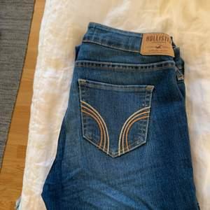 Ett par snygga bootcut jeans som inte passar mig längre. De är låga I midjan och har storlek 26. Priset är 100kr exklusive frakt.