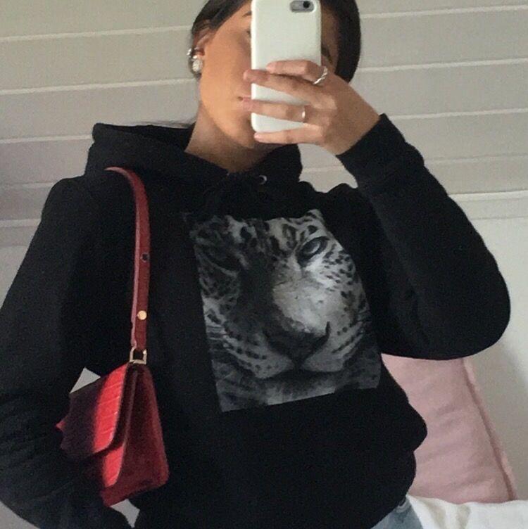 En jätte snygg hoodie från the cool elephant, (nästan ny). Älskar den men säljer pga fler hemma. St S, går superbra ändå att ha jacka över utan att det blir fult. Nypris pris är 599kr+frakt. . Tröjor & Koftor.