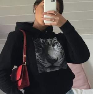 En jätte snygg hoodie från the cool elephant, (nästan ny). Älskar den men säljer pga fler hemma. St S, går superbra ändå att ha jacka över utan att det blir fult. Nypris pris är 599kr+frakt.