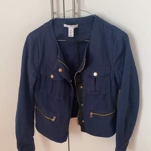 💙En marinblå jacka från nlytrend i storlek 36! 💙 hårt material. Frakt tillkommer