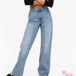 Säljer mina trendiga jeans från monki på grund av att jag har liknande. Modellen är Yoko.