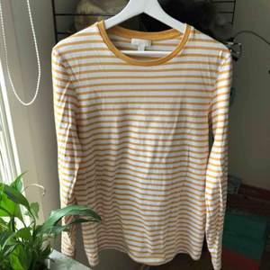 Fin långärmad tröja från COS som tyvärr är lite för liten för mig. Är small i herrstorlek. Endast använd ett fåtal gånger så den är mer eller mindre som ny🌸🌸