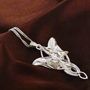 Otroligt vackert Silversmycke SILVERHALSBAND stämplad kedja 925 Magisk:Pedant:alv. Storlek pedant 5,4CM Storlek silverkedja:69CM. *leveras i SILVERGLITTRIG tygetiet. Se bilder