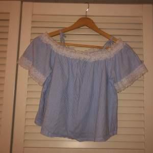 Säljer denna jätte fina off the shoulder tröja ifrån Zara som är sparsamt använd men i gott skick. Skriv för fler bilder