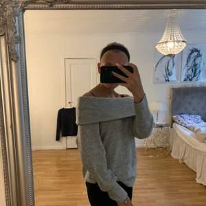 En super mysig grå stickad tröja som är storlek M men jag har i vanliga fall xs och den passar utan problem
