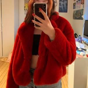 """Säljer denna röda jacka från Zara, nypris ca 599kr. Sparsamt använd med har ett litet fimpmärke på ena """"flärpen"""" se sista bilden, syns dock knappt när man har på sig jackan. Skriv i chatten för frågor/bilder ❣️ Köparen står för frakt!"""