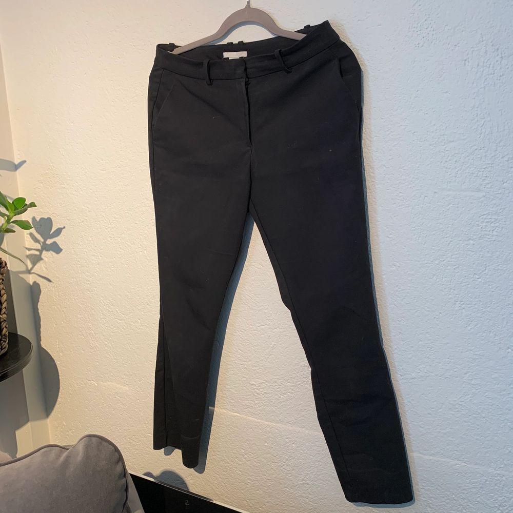 Svarta ankellånga kostymbyxor, använda få gånger och i fint skick . Jeans & Byxor.