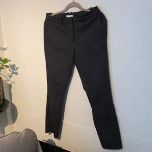 Svarta ankellånga kostymbyxor, använda få gånger och i fint skick