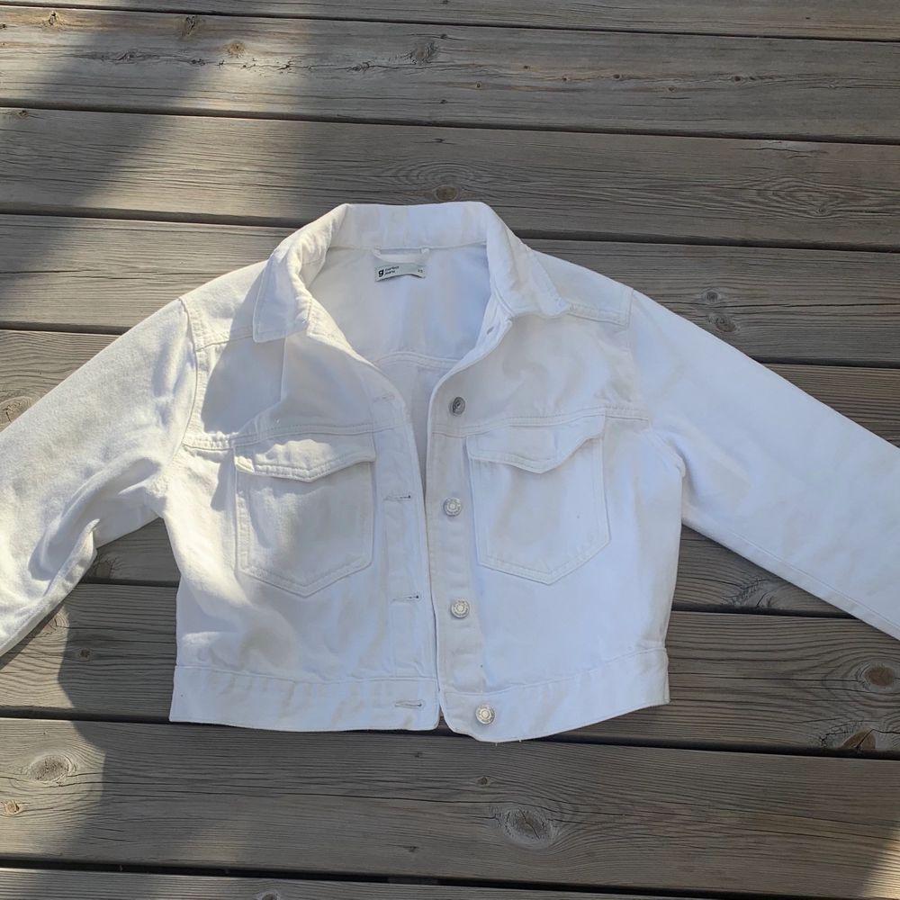 Såå fin vit jeansjacka från Gina💞 använd fåtal gånger alltså i jätte bra skick❤️ strl xs, köparen står för frakt❣️ pris går att diskutera och buda. Jackor.