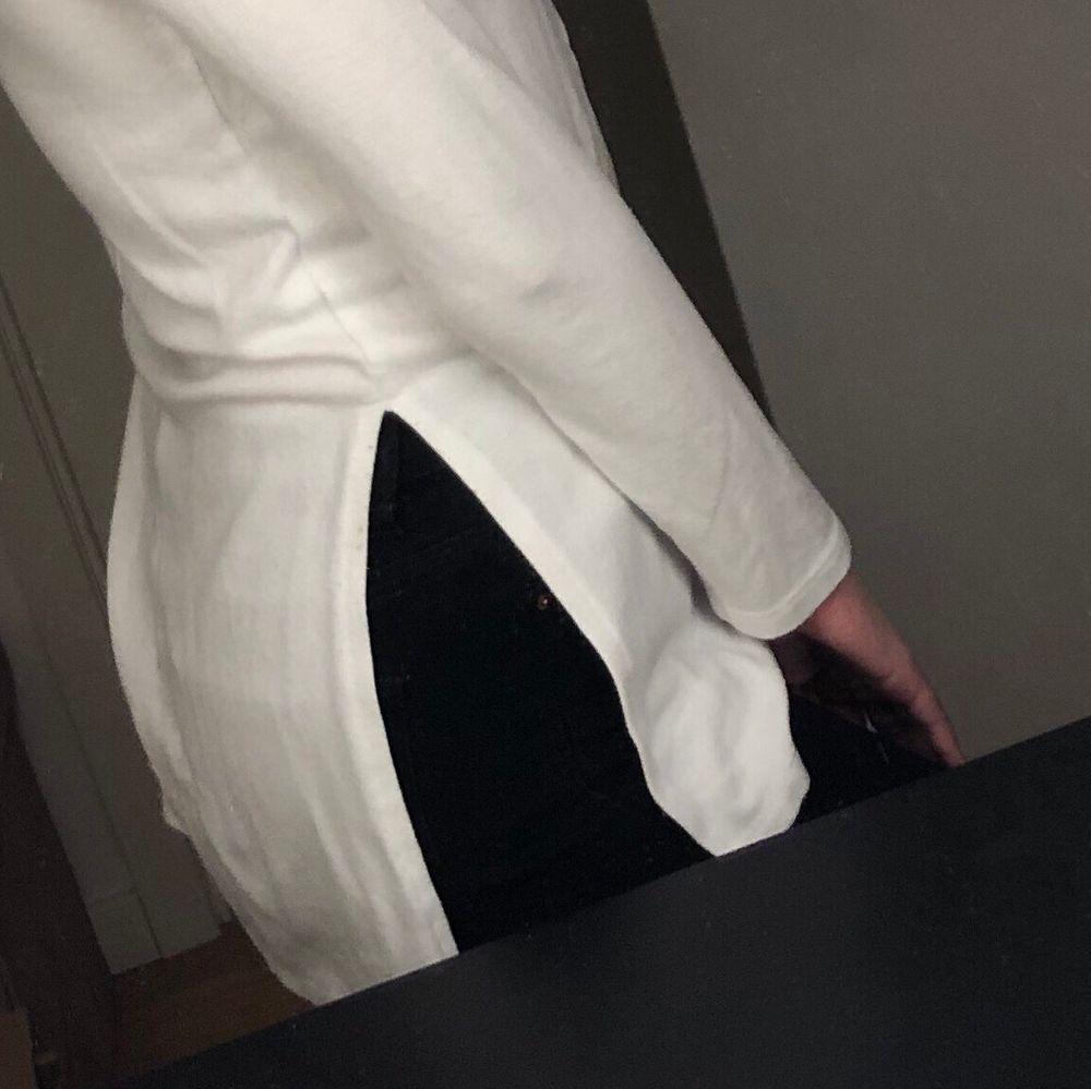 Jättefin tröja från Nelly med slitsar på båda sidorna som tyvärr inte kommer till användning längre. Fint skick förutom att den är lite nopprig.. Tröjor & Koftor.