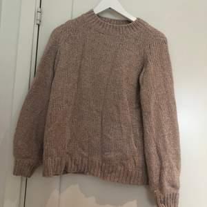 En glittrig tröja, använd fåtal gånger, köparen står för frakt📦 50kr eller högre bud.