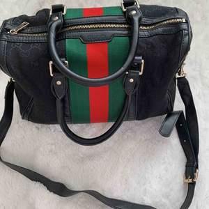 Gucci vintage väska i bruksskick med små tecken på slitage.