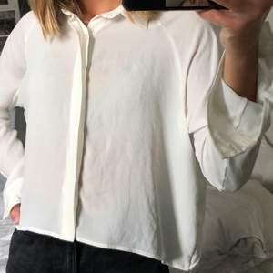 Supersnygg vit blus från Chiquelle! Väldigt lätt och väldigt skön, aldrig använd! Kan mötas upp i Malmö annars står köparen för frakt❤️