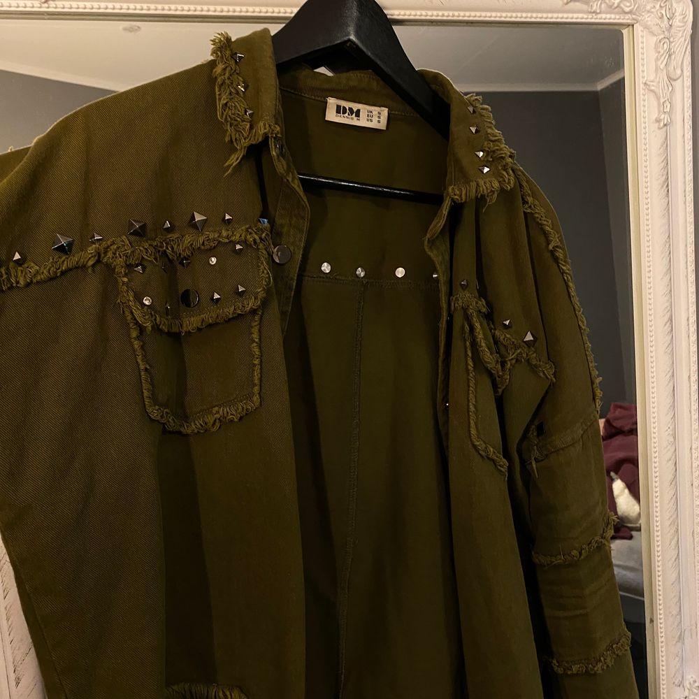 As cool och trendig jacka från DM retro. Använd men är i gott skick. Storlek S. . Jackor.
