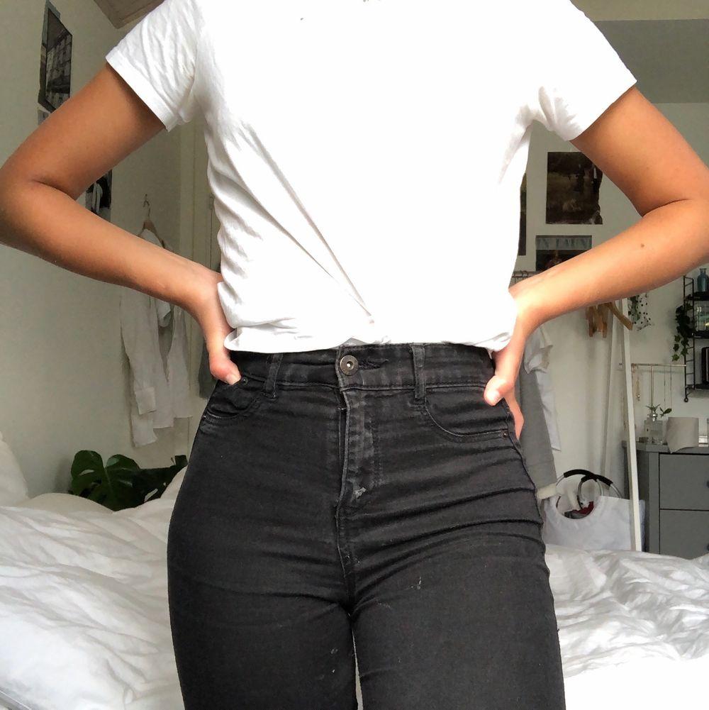 Ett par svarta tajta jeans från pull&bear! Väldigt stretchiga och supersköna på! Varsamt använda. Kan mötas upp i Malmö annars står köparen för frakt❤️. Jeans & Byxor.