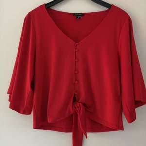 Röd blus med knytning och stora ärmar! Väldigt fin och elegant, sparsamt använd. 90 kr. Frakt tillkommer, 63 kr spårbar. 🌸