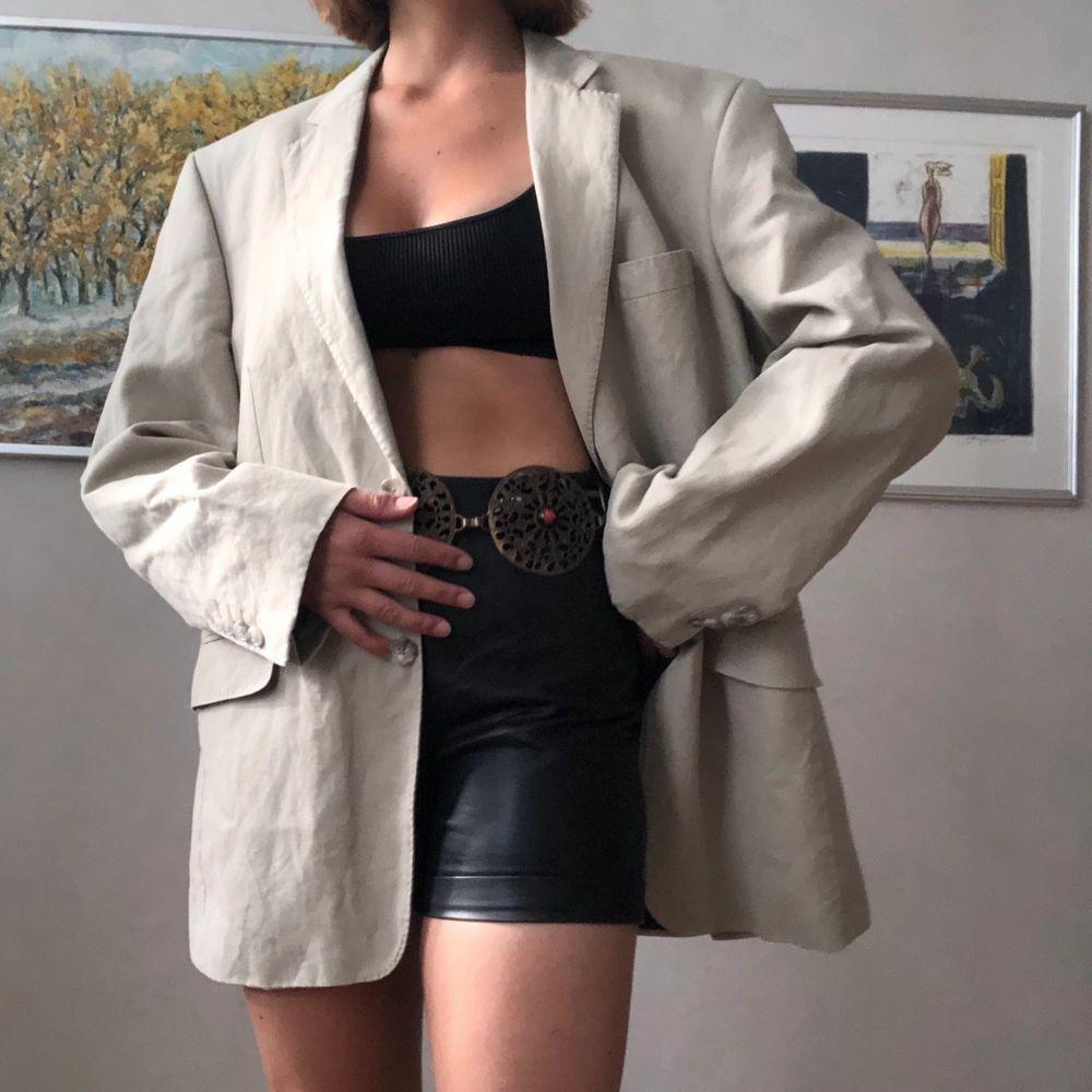 Superhärlig beige kostymjacka, i en herrmodell varav därför oversize. Ett absolut nyckelplaggen till vår/sommargarderob! Skulle säga att den passar 34-42 beroende på önskad fit. Jag är storlek 36.. Kostymer.