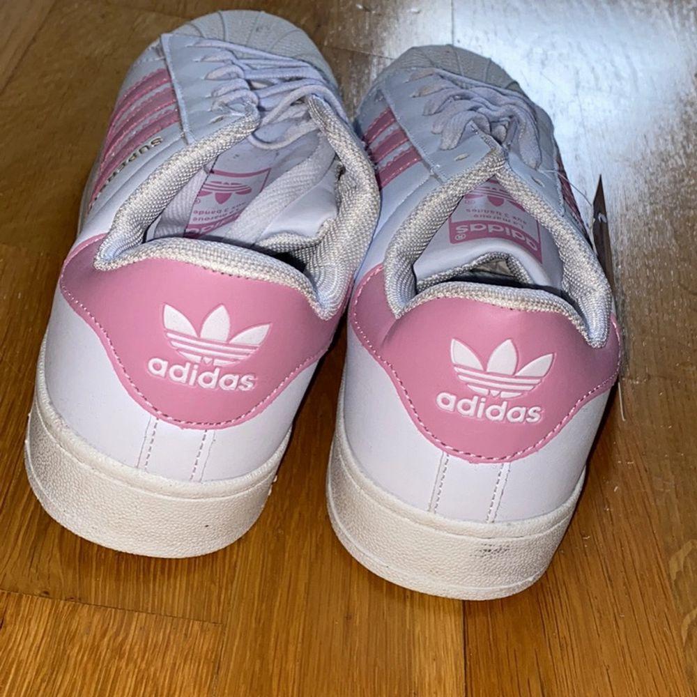 Adidas skor i storlek 40 passar som 39. Kostar 300kr. Oanvänt💕😀. Kan posta ☺️. Skor.