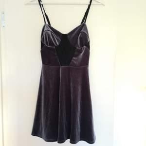 Supersöt liten vintage klänning i sammet från Topshop. Bra skick. Frakt tillkommer.