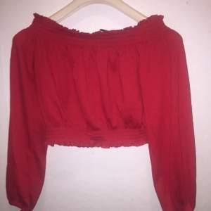 Kroppad röd långarmad tröja, lite fluffigare stuk. Fint skick och inte mycket använd. Storlek s🌸