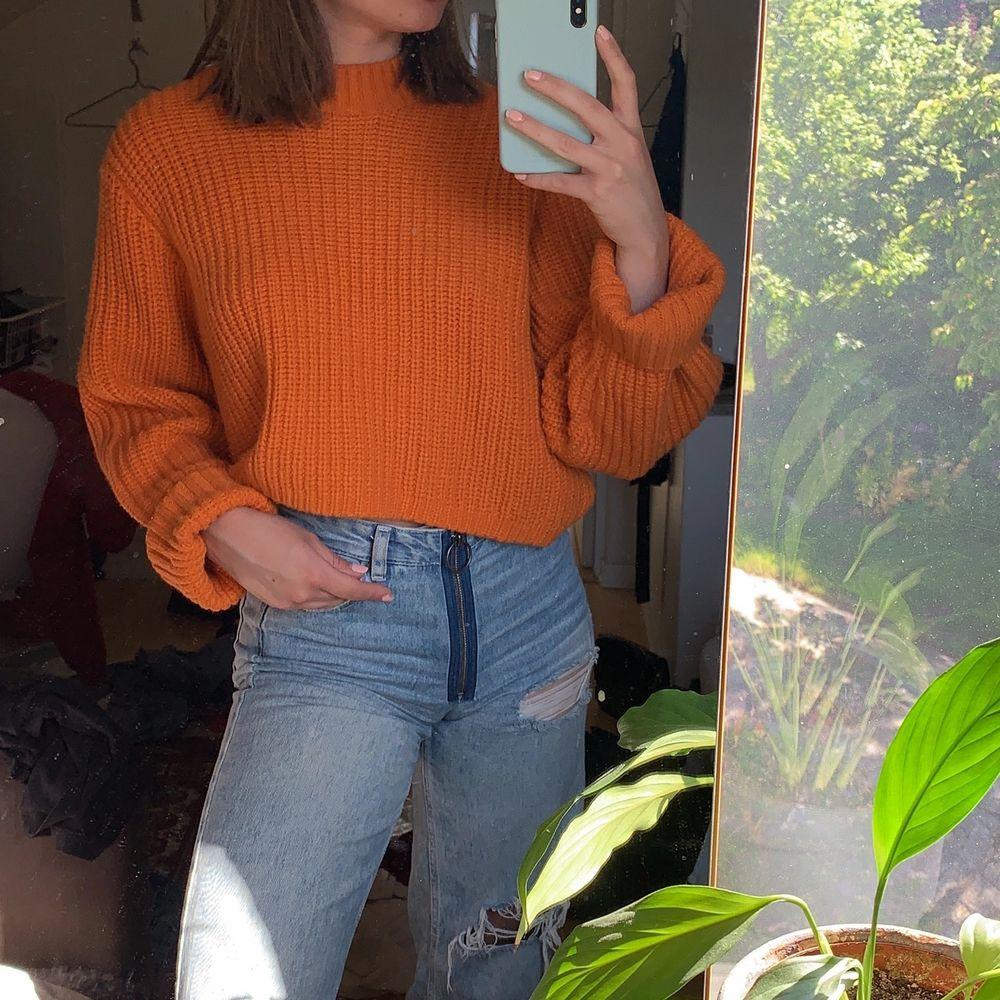 Så fin orange stickad tröja från Weekday som tyvärr inte kommer till användning längre. I nyskick! Köpare betalar frakt 🧡. Stickat.
