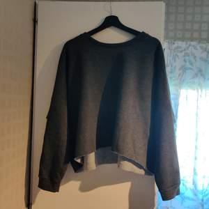Lös och mjuk tröja i polyester och bomull. Aldrig använd, bara testad. Kan skickas, då betalar köparen betalar frakten (pris kan diskuteras).