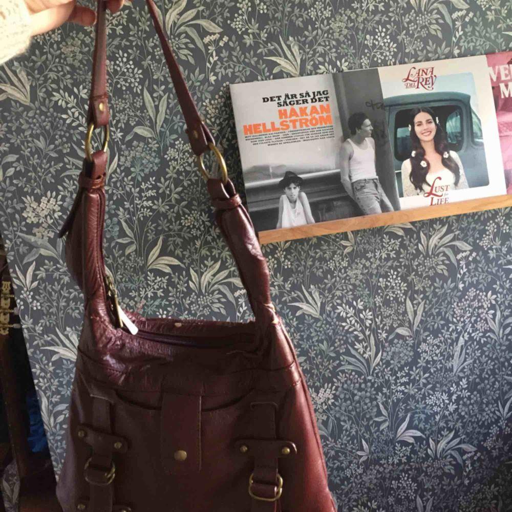 Säljer en jättefin väska, dock är det lite små hål i tyget/fejkskinnet men de syns inte alls mycket. Hålen går inte igenom väskan utan syns bara på utsidan. Verkligen snygg och trendig och passar perfekt till sommaren😌. Väskor.