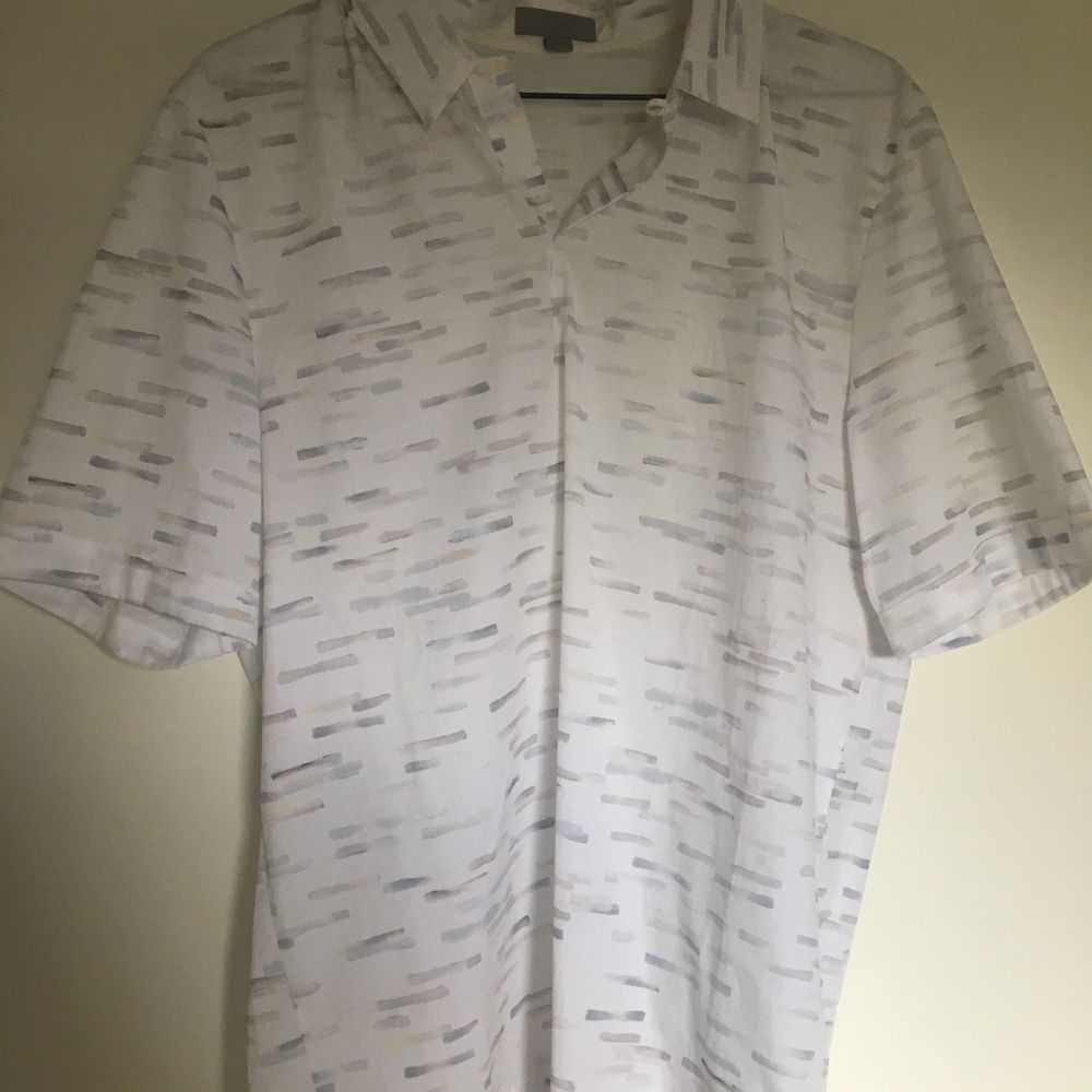 Säljer nu denna snygga kortärmade skjortan från märket cos för ett billigt pris. . Skjortor.