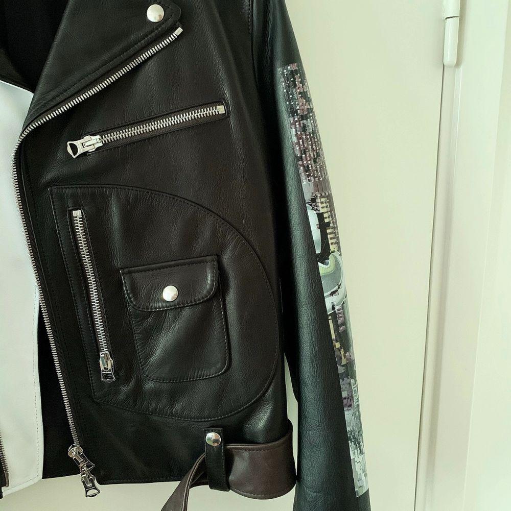 Unik läderjacka med feta detaljer från Acne Studios i strl 46. Knappt använd max 3ggr. Säljer denna pga att den blivit för liten för mig... Jackor.