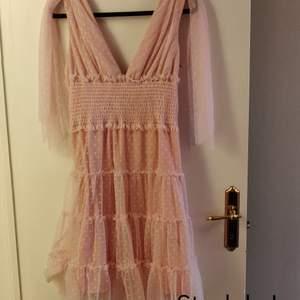 Somrig rosa klänning, jättefin och söt med prickiga detaljer 🌺 Kika gärna in vad mer jag säljer! 💞