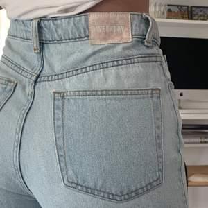 Superfina jeans från Weekday i modellen Row W27 L30. Mycket sparsamt använda, nyskick. Pris i butik 500, säljer för 270kr inklusive frakt! Perfekta jeans året runt 🌈☺️