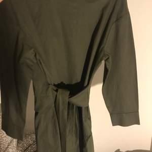 En fin grönklännig som man kan knyta med band och framhäver dina former. Säljs bara i helsingborg