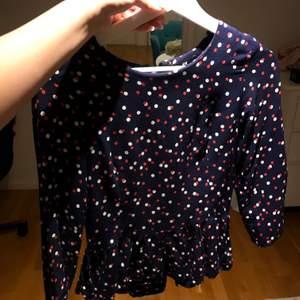 Super gullig tröja från hm. Är i storlek 36 och har ett tunt material som kan passa bra nu på sommaren.