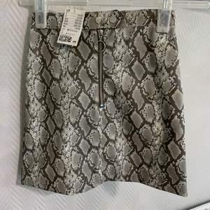 En orm printad kjol som är väldigt fin men tyvärr för liten för mig. Den är helt oanvänd har prislappen på sig. Frakt betalas av köparen
