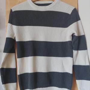 Randig tröja från H&M i storlek small. I använt men gott skick utan hål eller fläckar. Frakten ingår i priset!
