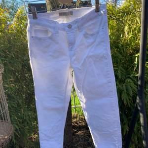 Vita jeans med slitningar där nere från Zara. Dem är i storlek 38 men skulle nog säga att dem är mer som en 36a. Sparsamt använda! Frakt tillkommer🤍