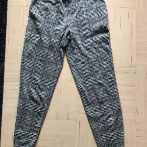 Ett par mjuka, rutiga kostymbyxor, i storlek S. Använda ett par gånger men blivit för små.