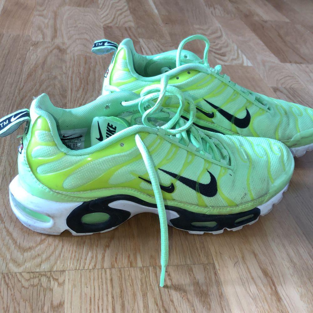 Varsamt använda Nike Air Max Plus. Köpta för 1450kr på FootLocker. Exklusive frakt 🤩 . Skor.