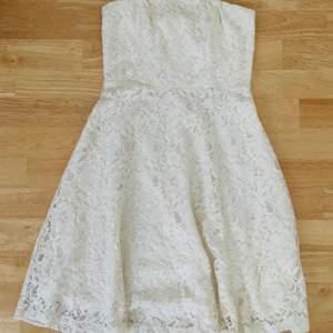En vit mönstrad klänning ifrån MQ och i storlek 32. Har använts en gång och är i ett fin skick. Är varken för kort eller för lång för sin storlek
