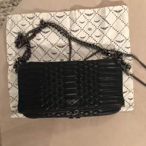Intressekoll på min sjukt snygga Zadig väska! Väskan är köpt i Rom förra året för 360€ och är väldigt unik. Den är i bra skick men det syns att den är använd, men såklart inte sliten❣️dustbag samt lång och kort kedja ingår!