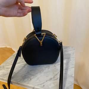 Svart väska med gulddetaljer ifrån mango. FRAKT INGÅR.